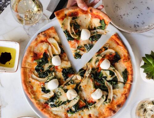 Тонкое тесто из шпината и пиццы с моцареллой